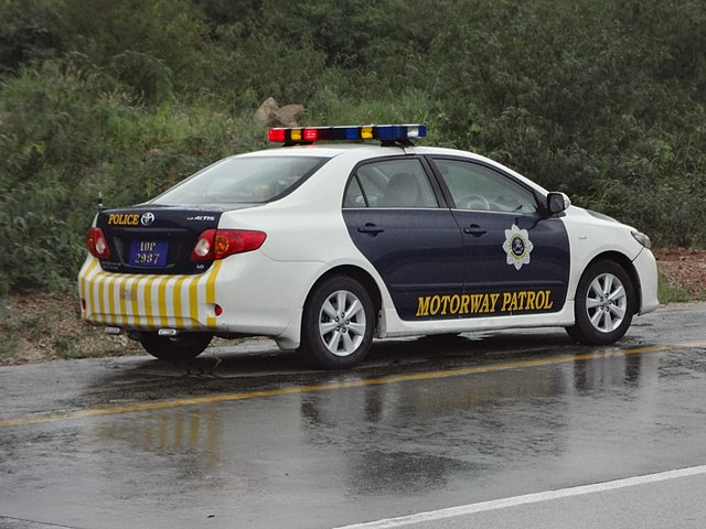 Police car Shameel [CC BY-SA 3.0 (https://creativecommons.org/licenses/by-sa/3.0)], from Wikimedia Commons