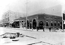 Palace Saloon at 1st Ave and Pike St , ca 1904 (SEATTLE 1701).jpg