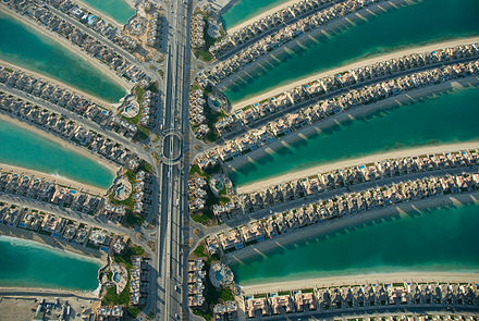 Residential villas in the Palm Jumeirah palm fronds in Dubai. Palm jumeirah core.jpg