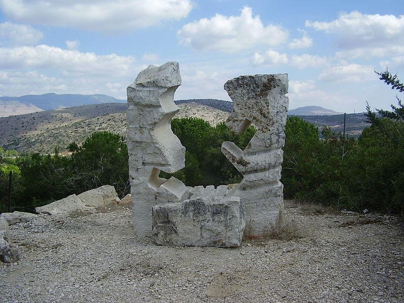 פסל של דליה מאירי ביובלים
