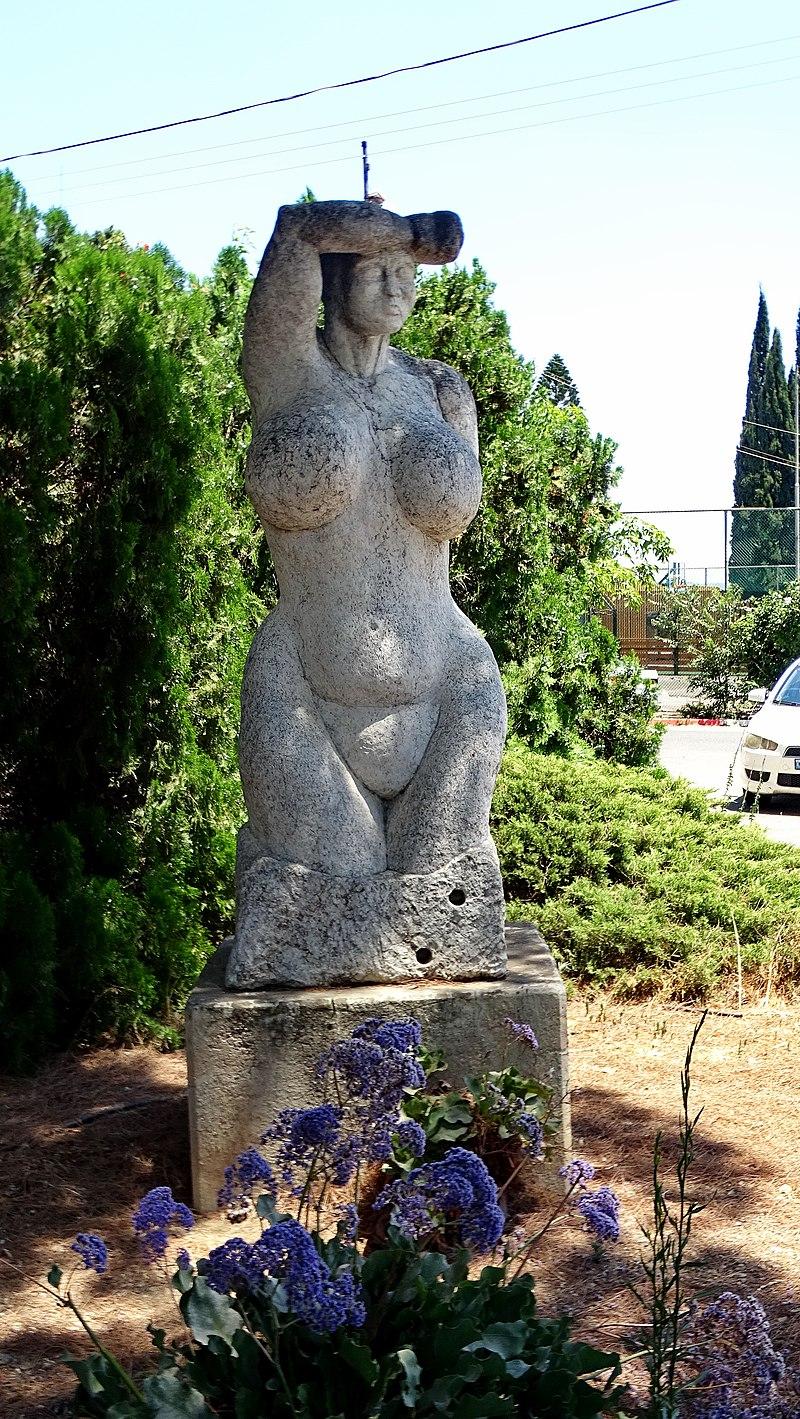 פסל אישה בקיבוץ עין דור