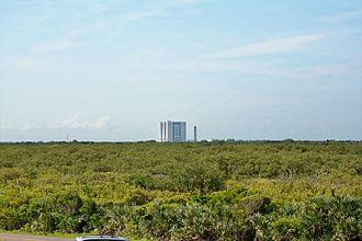 Playalinda Beach (Florida) - NASA's Vehicle Assembly Building seen from the northern part of Playalinda Beach