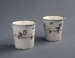 Porslin. Två bägare med blomsterdekor - Hallwylska museet - 89109.tif
