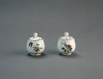 Porslin. Två pomadkoppar med lock och blomsterdekor - Hallwylska museet - 89126.tif