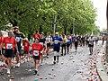 Pražský maraton, Nábřežní, běžci u občerstvení.jpg