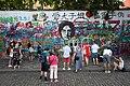 Praha-turisté-u-Lennonovy-zdi2019.jpg