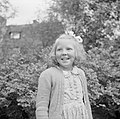 Prinses Beatrix in de tuin van de Werkplaats Kindergemeenschap, Bestanddeelnr 255-7400.jpg