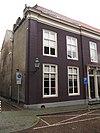 foto van Huis waarvan de gevel vlakke hoekuitmetselingen vertoont