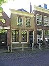 foto van Huis met lijstgeveltje bestaande uit beganegrond en verdieping