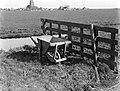 Ransdorp Kruiwagen bij een hek in de weilanden, Bestanddeelnr 189-0253.jpg