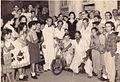 Robert A. Paneque entrega una silla de ruedas a un minusválido del barrio, en Bayamo..jpg