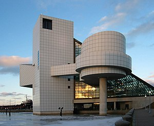 La Rock and Roll Hall of Fame, sullo sfondo il Lago Erie.