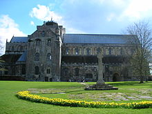 Romsey war memorial and abbey.JPG