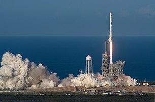 Décollage d'un lanceur Falcon 9 en vue de la mise en orbite du satellite SES-10, le 30 mars 2017. Il s'agit de la première réutilisation d'un premier étage de lanceur. (définition réelle 2985×1974)