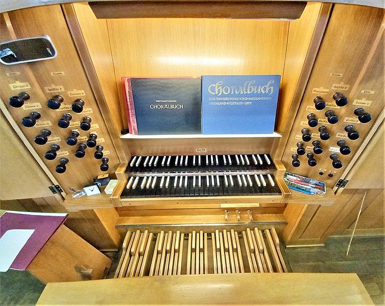 Datei:Saarbrücken-Burbach, Matthäuskirche (Ott-Orgel, Spieltisch) (9).jpg