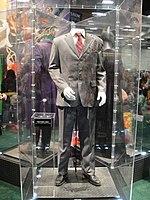 Il completo indossato da Due Facce nel film Il Cavaliere Oscuro.