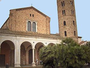 La fachada de la basílica de San Apolinar Nuovo.