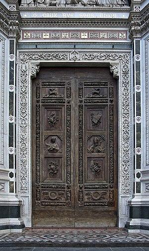 Français : La porte principale de la basilique...