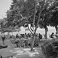 Schaduwrijk terras in de stad Tiberias aan het Meer van Tiberias met groepen man, Bestanddeelnr 255-4089.jpg