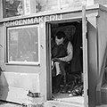 Schoenmaker in pothuis, Bestanddeelnr 254-2348.jpg