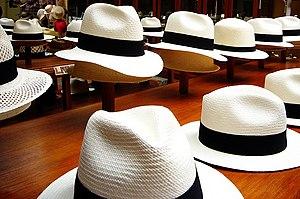 Sombreros de paja toquilla hechos a mano en una tienda de la ciudad. 4cb5b63804e