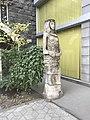 Statue de femme (Avenue Machtots, Erevan).JPG