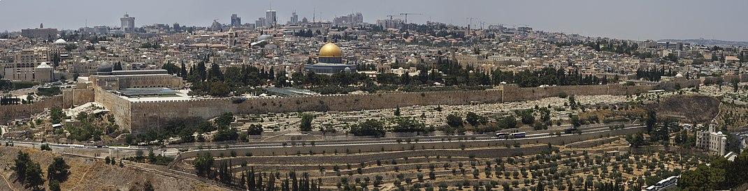 תצלום פנורמי של רחבת הר הבית. מימין לשמאל: שער הרחמים, כיפת הסלע ומסגד אל אקצא (לצפייה הזיזו עם העכבר את סרגל הגלילה בתחתית התמונה)