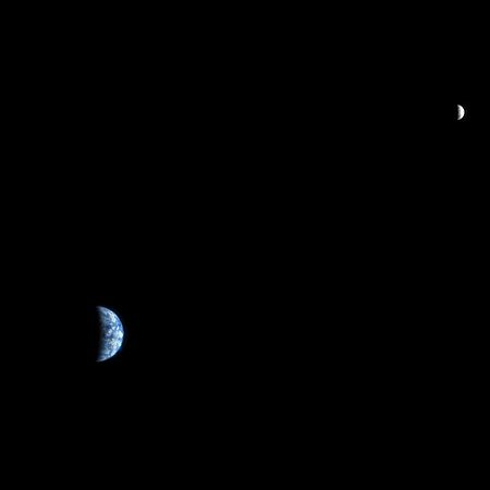 Bumi dan Bulan dari Mars, dipotret oleh Mars Reconnaissance Orbiter. Dari luar angkasa, bentuk Bumi berubah dari waktu ke waktu, mirip dengan fase bulan.