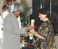 The President, Dr. A.P.J. Abdul Kalam presenting the Padma Shri Award – 2006 to Ms. Sucheta Dalal, a well-known business journalist, in New Delhi on March 20, 2006.jpg