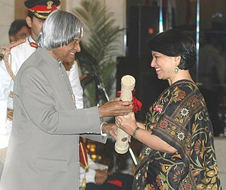 Sucheta Dalal - Ms. Sucheta Dalal receiving Padma Shri from the President Dr. A.P.J. Abdul Kalam in 2006