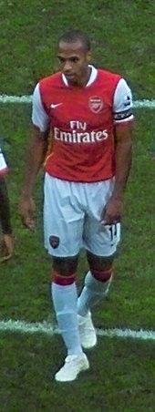 Thierry Henry, de face, portant le brassard de capitaine