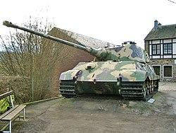 Le Königstiger ( ou Tigre Royal ou Tigre II ) 250px-Tiger-II-La_Gleize