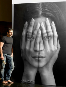 Tigran Tsitoghdyan with his painting from Mirror series.png