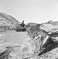 Timna in de Negevwoestijn graafmachine op het terrein van de kopermijnen die ee, Bestanddeelnr 255-3675.jpg