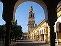 Torre de la Mezquita-Cordoba y patio de los naranjos.jpg