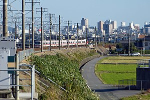 Toyohashi - Image: Train go into the city