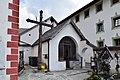 Umhausen - Friedhof bei der Pfarrkirche hl Vitus - Friedhofskreuz und -kapelle.jpg