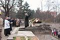 Vainagu nolikšana Rīgas Brāļu kapos (6334372820).jpg