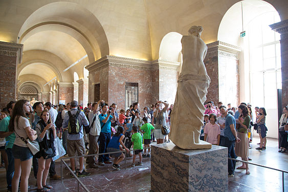 Venus de Milo crowd at the Louvre.jpg