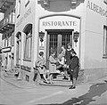 Vier vrouwen en een man bij een restaurant in een buitenland Ascona, Zwitserlan, Bestanddeelnr 254-5603.jpg