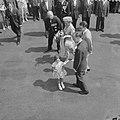 Vierde dag van het bezoek van Koning Boudewijn Prins Bernhard complimenteert een, Bestanddeelnr 910-5198.jpg
