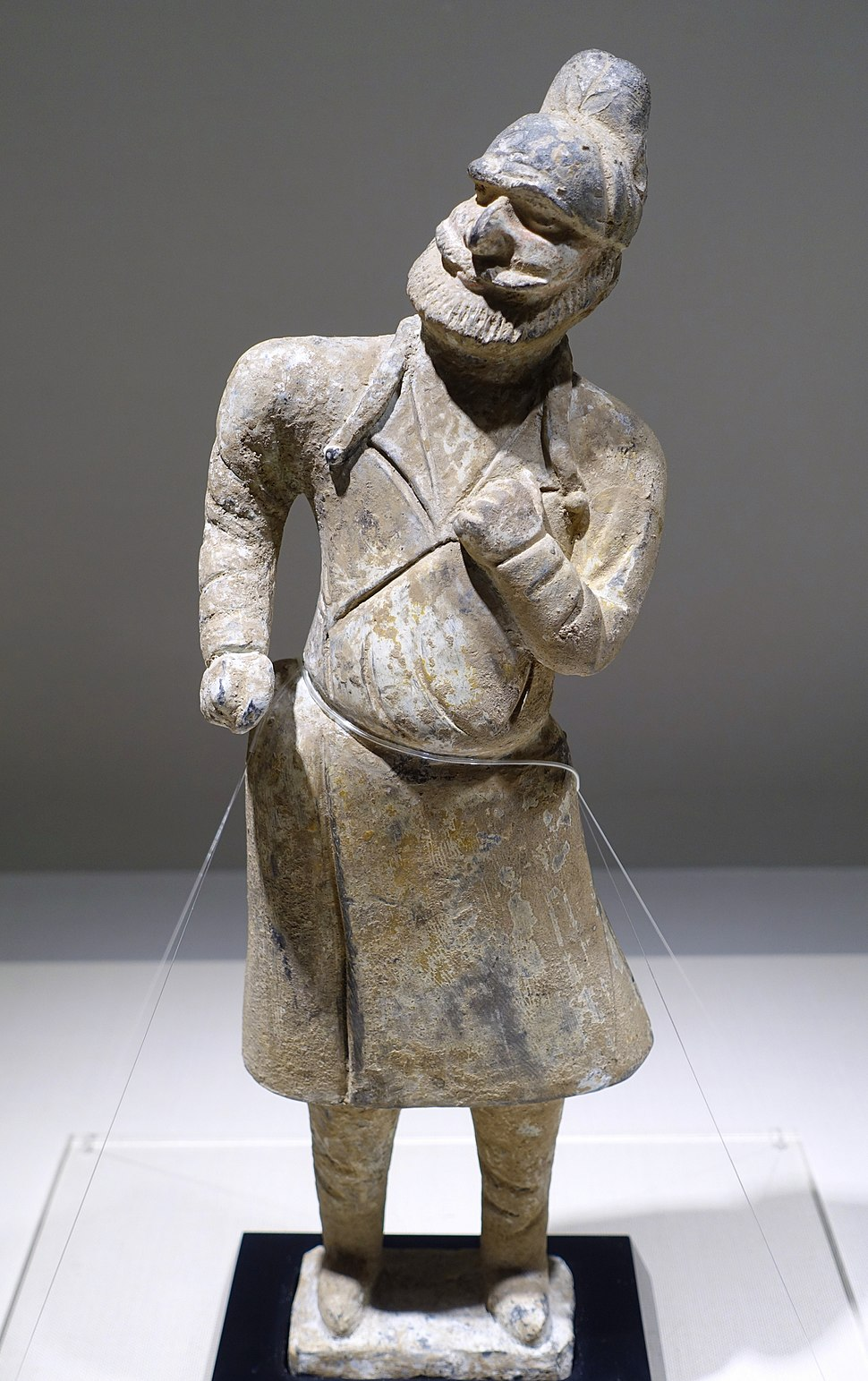 Western groom figure, China, Tang dynasty, 7th century AD, gray pottery with painted ornament - Matsuoka Museum of Art - Tokyo, Japan - DSC07248
