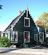 foto van Houten huis met gebogen hoekvenster en een topgevel met uitgeschulpte windveren