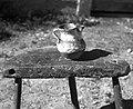 """""""Mijolka"""" (majolika), nekoč rabljena za vino. Pri hiši že menda od l. 1800, Zakraj 1954 (cropped).jpg"""