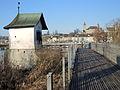«Heilig Hüsli» am nördlichen Brückenkopf der Holzbrücke Rapperswil-Hurden, im Hintergrund der Lindenhof mit dem Schloss und der Stadtpfarrkirche und der seeseitigen Altststadt in Rapperswil 2013-12-01 14-40-22 (P7800).JPG