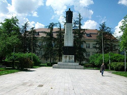 Споменик палим у народној револуцији у Земуну, рад вајара Јована Кратохвила подигнут 1954. године