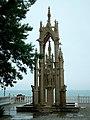 Фонтан в готическом стиле в Шато КЮИ - panoramio.jpg