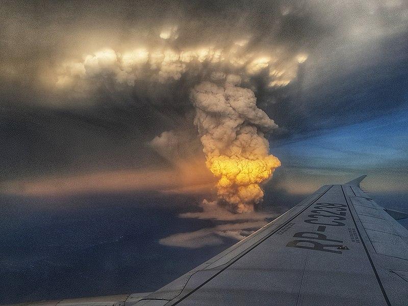 התפרצות הר הגעש ב-13 ינואר 2020 כפי שנצפה ממטוס נוסעים שחלף בסמוך