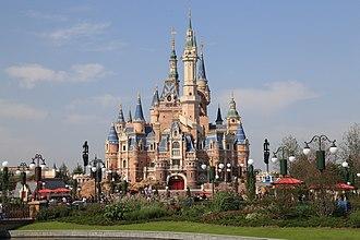 Shanghai Disneyland Park - Image: 上海迪士尼乐园奇幻童话城堡正面