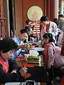 臺北市孔廟內觀看寫春聯的小觀眾 20130211.jpg